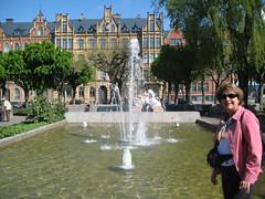 Maman près d'une fontaine