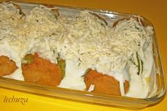 Pimientos rellenos-cubiertos becha. y queso cerca