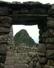 Peru - Machu  Picchu  -  Huayna Picchu durch Fenster und Tor ,  231 (roba66) Tags: mountains peru fenster inka berge machupicchu ruinen inkas huaynapicchu mauern rosepetal antik südamerika ruinenstadt stadtindenwolken astoundingimage vosplusbellesphotos