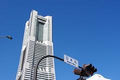 日本丸の標識とランドマークタワー