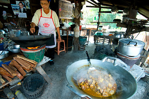 Paa Add making khai oop, Shan-style egg curry, Mae Hong Son