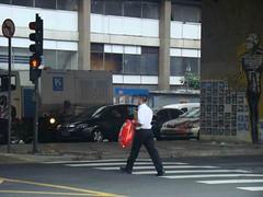 Cruzamento das ruas Amaral Gurgel e Marquês de Itu: travessia de pedestres a passos largos