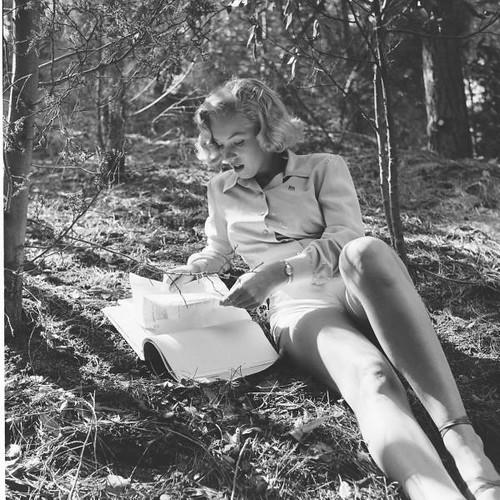 Marilyn Monroe leyendo 9 por agirregabiria.