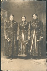 Young women in bavarian folk dresses (Lower Franconia) (fleurdecoucou) Tags: bayern wrzburg tracht unterfranken folkdress lowerfranconia costumetraditionnel bayerischetracht wurtzbourg bassefranconie volkskleid