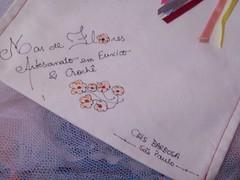 assinatura na sacolinha de presente (Mar de flores) Tags: flowers flores fuxico yoyo fux sandália chinelo tecido croche fuxicos fuxicando crochetando fuxicaria fuxic