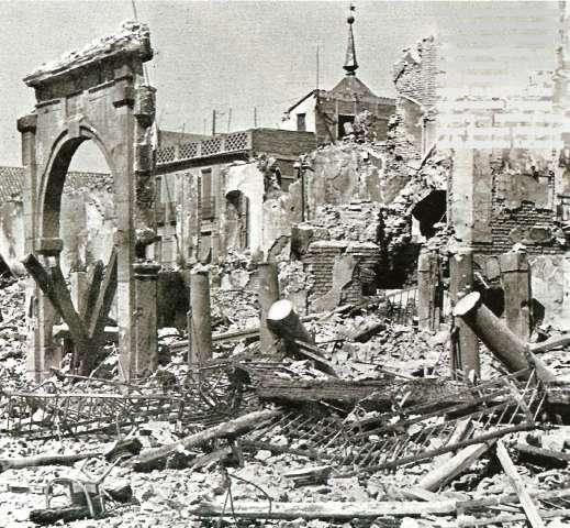 Arco de la Sangre de Toledo entre las ruinas en 1936