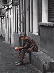 Quito, El hombre que est solo y espera - The man who is alone and waiting (Romulo fotos) Tags: people sadness tristeza waiting sitting loneliness blues sit sentado soledad retired seated esperando oldage melancola hombre aman vejez jubilado flickrduel centrohistricodequito rmulomoyaperalta