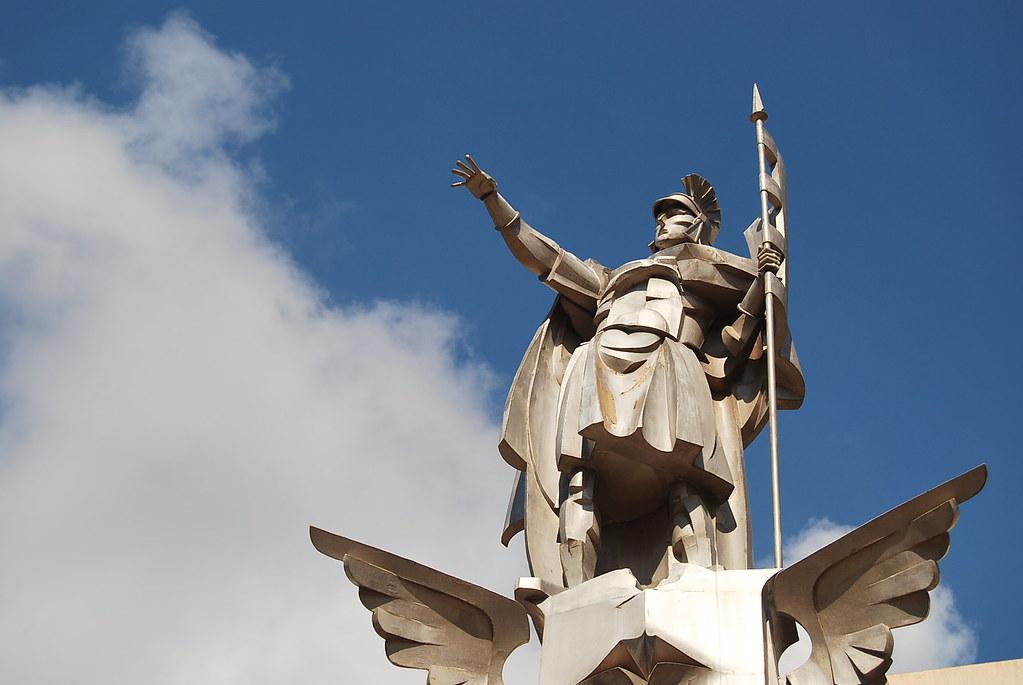 Estatua de Sant Jordi en la Rosaleda