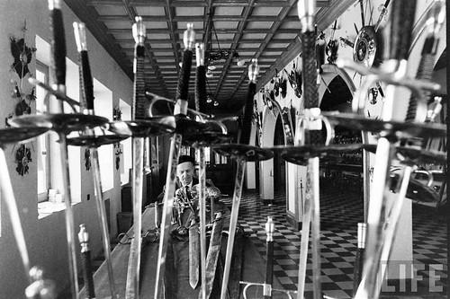 Fábrica de espadas, damasquinado y armaduras de Toledo en 1965. Fotografía de Carlo Bavagnoli. Revista Life (11)