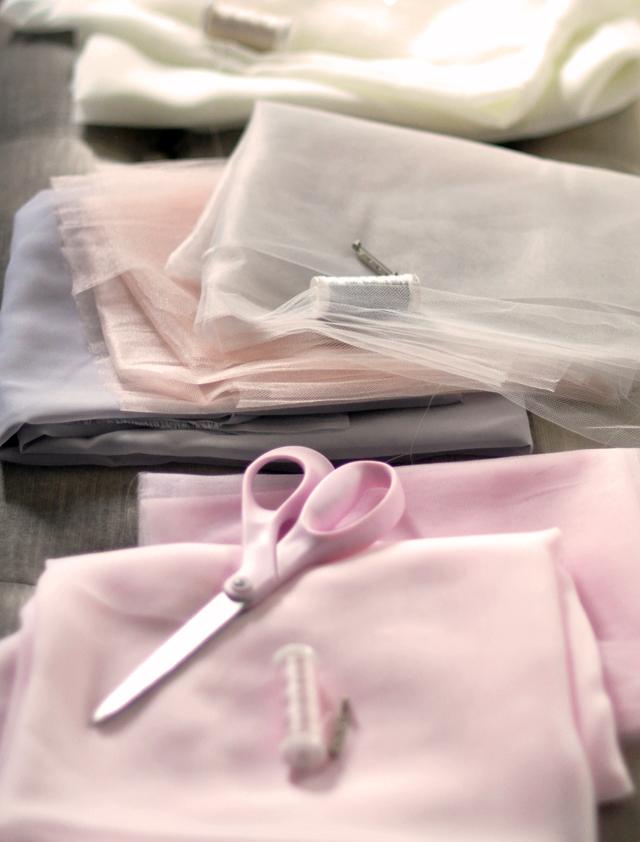 Шифона и тюля в розовом и цвета слоновой кости и серого материалов