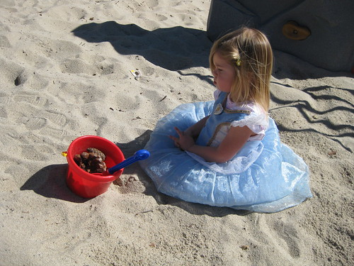 公主獨自對小J的桶子坐著