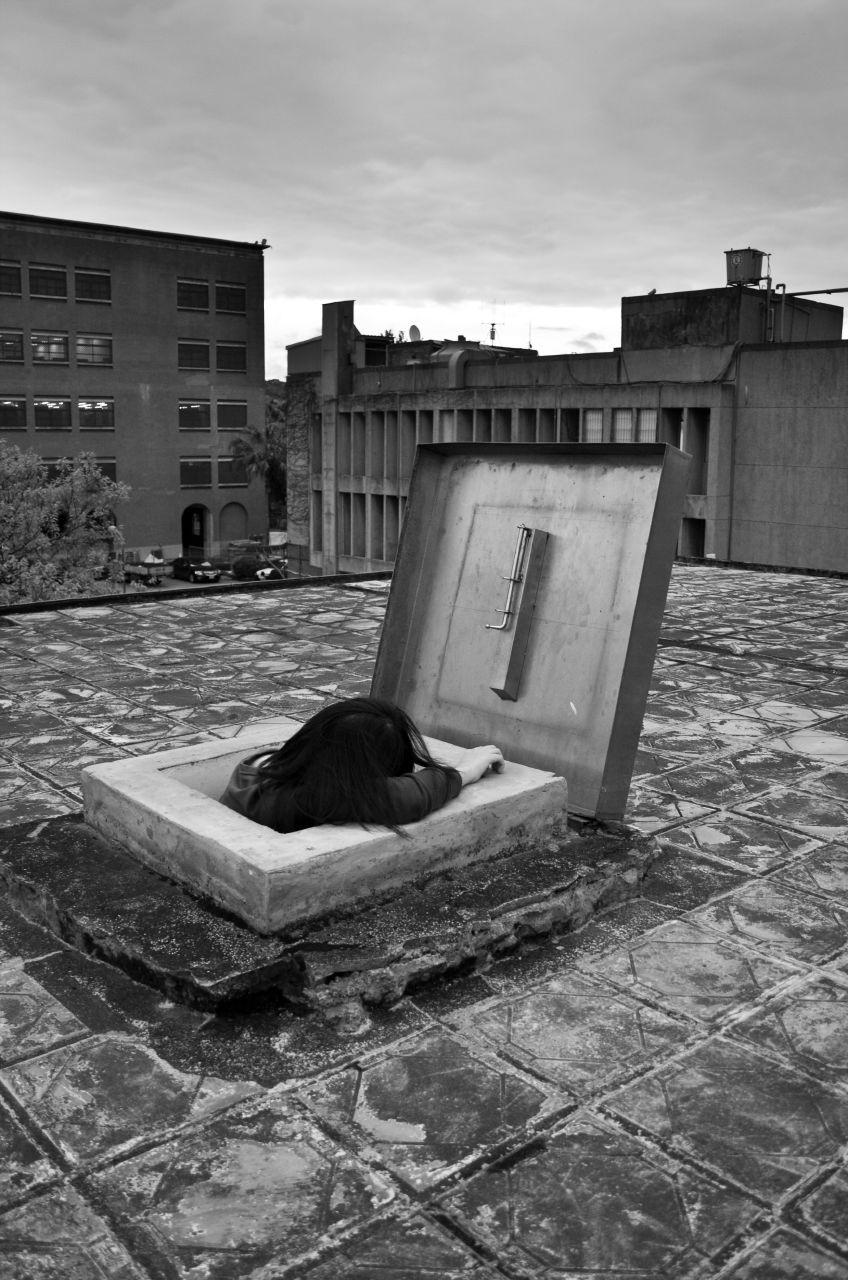 屋頂上的女鬼 - Ghost on the roof.