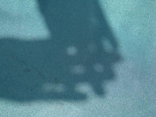 Proyección del círculo solar (fuente de luz) a través de los huequitos.