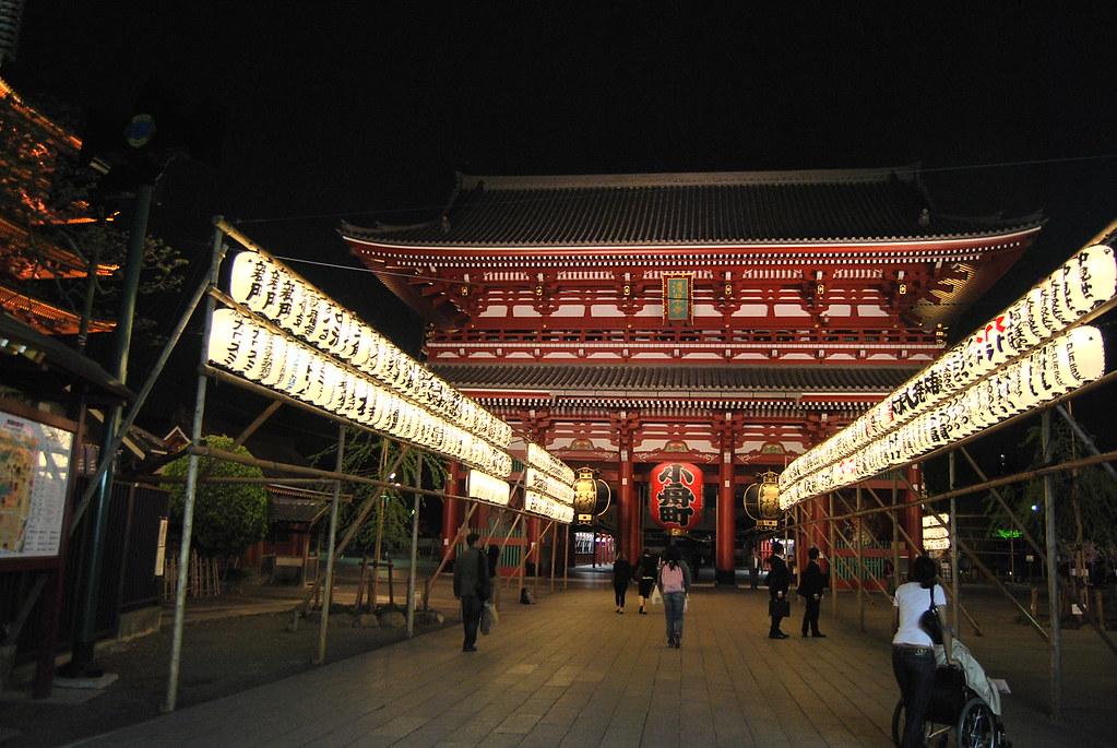Vero dirigiéndose al Sensō-ji de noche