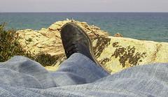 Gulliver e i Lillipuziani (vanserr) Tags: idea libro gulliver jeans fantasia viaggio gigante piede moderna scarpa simpatia prospettiva naufragio lilliput esperimento omini illusione ottica piccoli abitanti lillipuziani ilovemypics vanserr