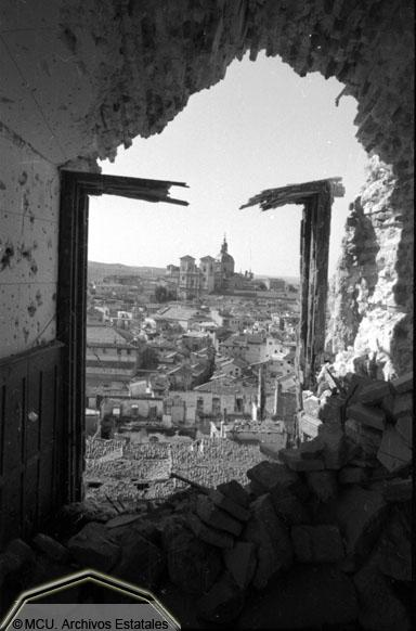 Vista de Toledo devastada desde el Alcázar Toledo en 1936. Foto Erich Andres. Ministerio de cultura. Centro Documental de la Memoria Histórica