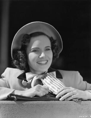 Actress Teresa Wright photo