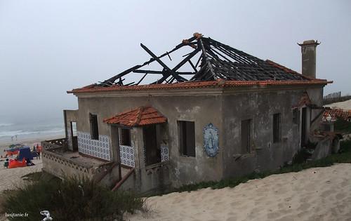 Podemos ver um bonito painel de azulejos nas paredes desta casa em ruínas...