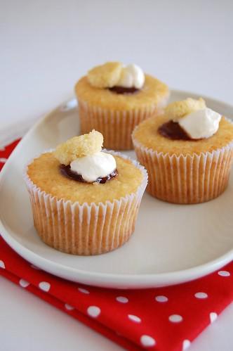 Vanilla cream cupcakes / Cupcakes com geléia e creme