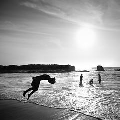 El salto (janice_smith) Tags: sea blackandwhite bw blancoynegro beach peru contraluz mar rocks playa rocas piedras oceano
