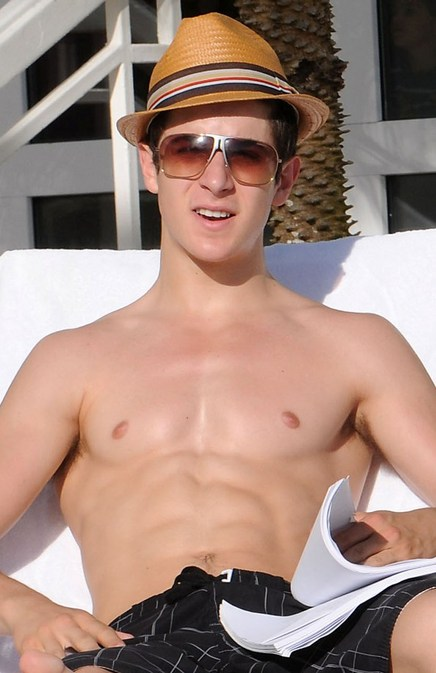 david-henrie-shirtless-by-pool-3-thumb-437x673
