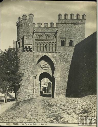 Puerta del Sol  de Toledo a principios del siglo XX. Archivo de la revista Life