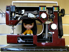 "Jelly Bean with ""broken"" Sewing Machine (Helena / Funny Bunny) Tags: doll 2000 display demonstration blythe sewingmachine viking jellybean sbl husqvarna lounginglovely funnybunny"