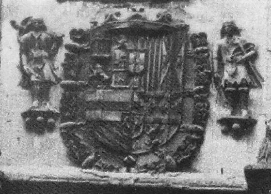 Escudo de madera de la Posada de la Hermandad en el siglo XIX conservando aún su corona (desaparecida en el siglo XX). Foto Casiano Alguacil (detalle)