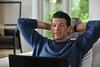 Michael Ballack überlegt im Werbespot für das Online-Reisebüro ab-in-den-urlaub.de, wohin seine nächste Reise geht.