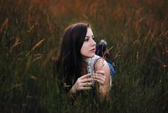 [フリー画像] 人物, 女性, 草原, 201106181500