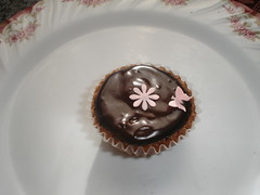 Daisy chocolate cupcake (Xquisite cakes) Tags: pink flowers cake pretty chocolate cupcake chocolatecupcake fondant sugarpaste whisical ganche buterfliy