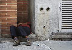 Cabilla de Apoyo (Gunther Moreno) Tags: street people persona calle caracas indigente pobreza hueco dormida pataconeandoenccs