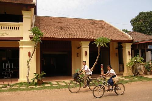 074.小朋友騎腳踏車經過Inthira Hotel