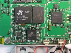 金立智慧型手機採聯發科 MT6225 晶片解決方案,該方案中包含 MCU、射頻晶片、電源管理 IC。