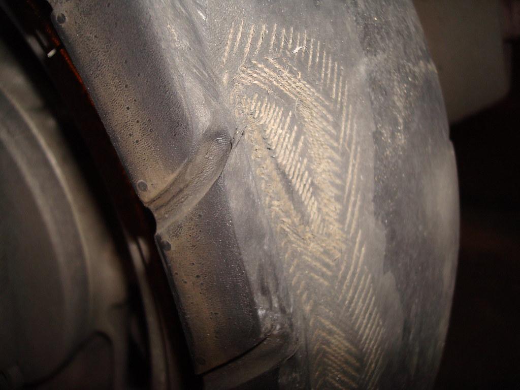 近看輪胎破了