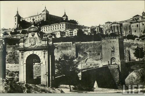 Puente de Alcántara y Alcázar de Toledo a principios del siglo XX. Archivo de la revista Life