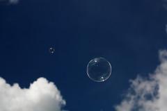 HoyEnMedellnSeRespiraAireLimpio (Jess Gutirrez Gmez) Tags: blue sky azul clouds de soap colombia cielo sin nubes bubble carro da nube fito jess medelln burbujas pompas jabon paez clud gmez gutirrez cruzadas canoneosdigitalrebelxsi
