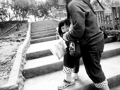 a glimpse of smile. (YENTHEN) Tags: girl smile zoo daughter mother hsinchu taiwan  ricoh   grd  yenthen 0020180
