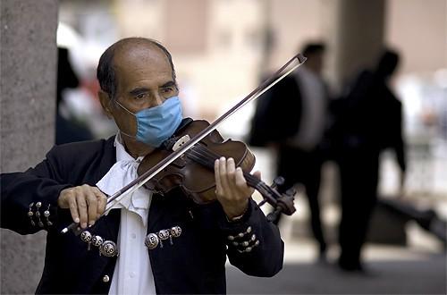 Strassenmusiker in Mexiko mit Mundschutz