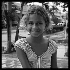 Nia de Barranquilla, Colombia... ([cation]) Tags: portrait blackandwhite bw blancoynegro southamerica smile rain square nikon colombia child noiretblanc retrato teeth pluie happiness dent nia explore alegria sonrisa enfant joie carr caribe dientes pobreza d300 poorness barranquilla cation ameriquedusud colombie pauvrete americadelsur