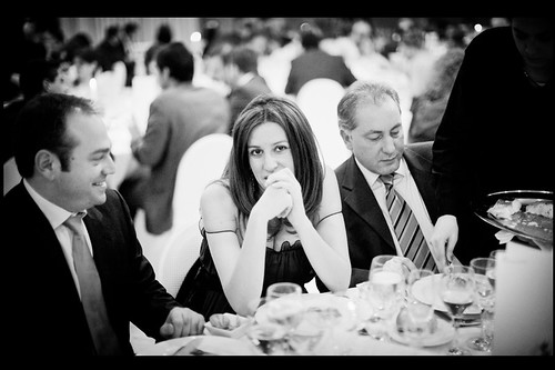 fot�grafo de boda madrid - foreign wedding photographer interacts with female guests