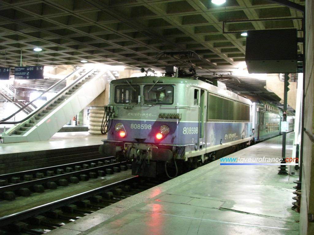 Une locomotive BB8500 en tête d'une rame VO2N stationne en gare de Paris-Montparnasse le 20 juillet 2006.