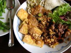 Babi ketjap (kattebelletje) Tags: rice tofu indonesianfood peanutsauce krupuk  nasigoreng kroepoek doufu serundeng pindasaus babiketjap babikecap