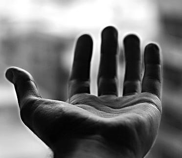 Extiende tu mano hacia el AMOR
