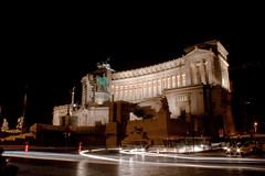 Piazza Venezia (Viditu) Tags: city light urban italy rome roma 20d night canon blog long italia time trail photowalk luci piazza 1855 lightrail venezia notte lampioni lazio sera città automobili oscuro vittoriano starshine macchine oscurità scie plasticotto lightshine friendfeed 20090620 equestreexposure potowalker