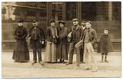 Another Morning in Town (1907) (postaletrice) Tags: old boy people paris france men vintage french bread real photo pain women child gente antique postcard group tapis antigua workshop taller grupo pan postal loaf enf