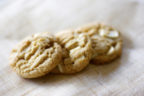white chocolate macadmia cookies