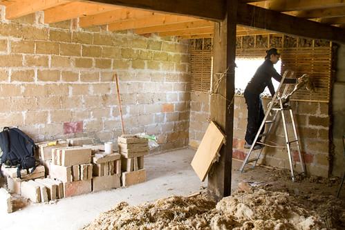 Construction d'un mur en briques de terre