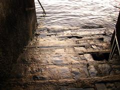 Se acaba el camino (Laureano Moreno) Tags: viaje milan como lago se agua italia camino milano el di parte escaleras acaba ninguna peldaos ltytr1