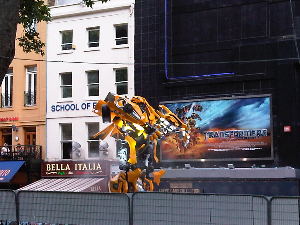 Transformers 2 Londres Bumblebee tamaño real 2